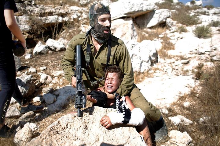 El rambo sionista contra el niño palestino fracturado-diario publico