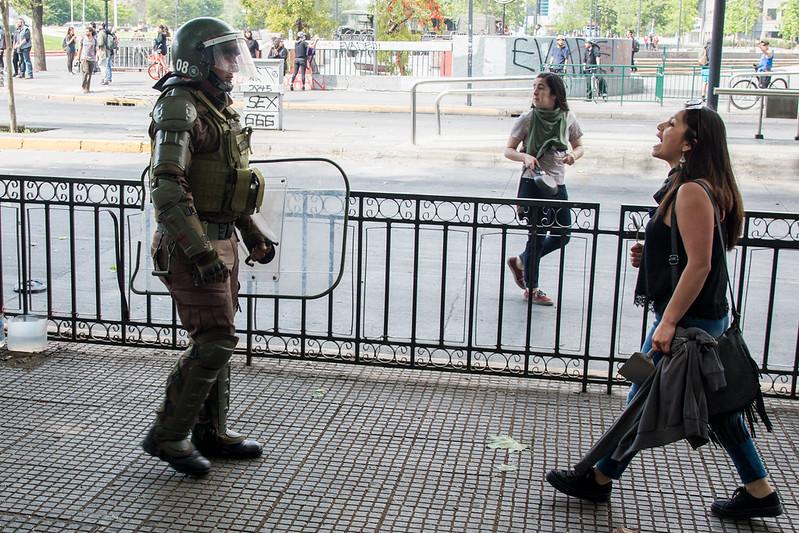 Integrante de carabineros (policía de Chile) y manifestante